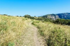 Fuga de caminhada vazia que conduz para Rocky Cliff distante Foto de Stock