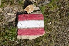 A fuga de caminhada vermelha branca vermelha assina dentro Áustria Fotografia de Stock