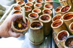 Fuga de Khao, tubo de bambú tailandés del postre dulce del arroz pegajoso de las natillas, mercado de Nongmon, Chonburi, Tailandi fotografía de archivo libre de regalías