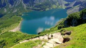 Fuga de montanha de Czarny Staw Gasienicowy ao cielec no verão, montanhas do› de KoÅ de Tatra vídeos de arquivo