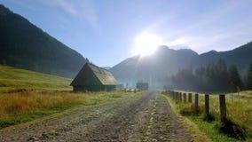 Fuga de montanha entre casas de campo em montanhas de Tatra, Polônia filme