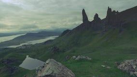 Fuga de montanha no ancião das montanhas de Storr, Escócia vídeos de arquivo