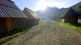 Fuga de montanha rochosa entre casas de campo em montanhas de Tatra, Polônia vídeos de arquivo