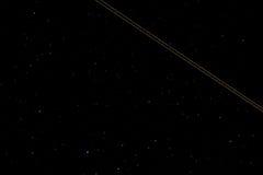 Fuga de um avião leve no céu noturno Foto de Stock