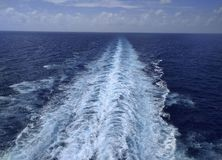 Fuga de um navio no oceano fotografia de stock royalty free