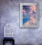 Fuga degli uccelli dalla gabbia Immagini Stock Libere da Diritti