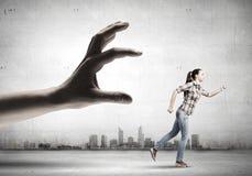 Fuga della donna dalla mano Immagini Stock