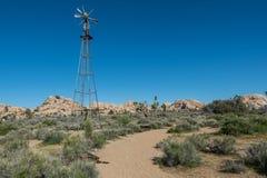 A fuga do deserto passa o moinho de vento Foto de Stock