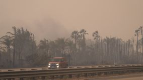 Fuga do fumo de um fogo visto Fogos de Califórnia do sul, incêndios violentos que se queimaram O fogo o maior no estado, que se e vídeos de arquivo