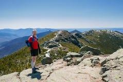 Fuga do homem que corre nas montanhas Fotos de Stock Royalty Free