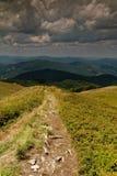 Fuga do turista nas montanhas fotografia de stock royalty free