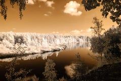 fuga do turista pelo rio de Gauja em Valmiera Letónia outono c Foto de Stock Royalty Free