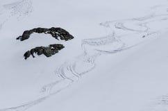 fuga dos esquiadores nas montanhas Fotos de Stock Royalty Free