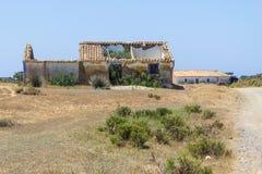 Fuga e casa abandonada em Arrifana fotografia de stock