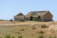 Fuga e casa abandonada em Arrifana fotos de stock royalty free