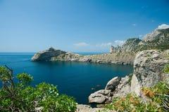Fuga Golitsyn: Vista da baía do ladrão e do cabo azuis Kapchik imagem de stock