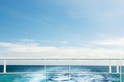 Fuga na superfície da água atrás do barco de motor Imagem de Stock