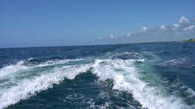 Fuga na superfície da água atrás do catamarã movente rápido do motor no mar das caraíbas Cancun México Dia ensolarado do verão, a video estoque