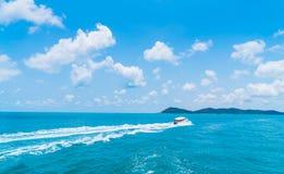 Fuga na superfície da água do mar atrás do barco imagens de stock