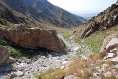A fuga nas montanhas de Usbequistão em agosto fotos de stock