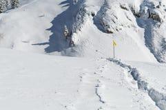 Fuga nevado na parte superior da montanha com letreiros foto de stock