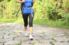 Fuga rural de passeio dos pés do caminhante da jovem mulher Imagens de Stock