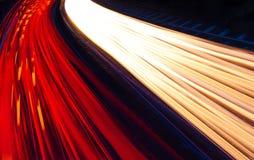 Fugas claras espectrais da licença dos carros e dos caminhões como passam por quic Foto de Stock