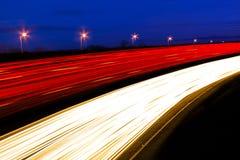 Fugas claras espectrais da licença dos carros e dos caminhões como passam por quic Fotos de Stock