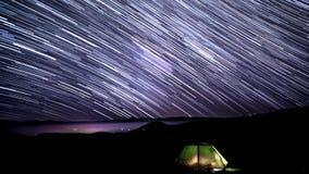 Fugas da estrela no céu nocturno vídeos de arquivo