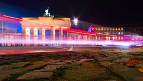 Fugas da luz da porta e do carro de Brandemburgo na noite em Berlim Fotografia de Stock Royalty Free