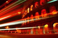 Fugas da luz do barramento que passam Colosseum Imagem de Stock Royalty Free
