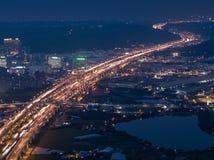 Fugas da luz do carro da estrada - exposição longa do uso da fotografia aérea o zangão na noite em Taoyuan, Taiwan imagem de stock