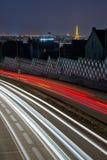 Fugas da luz dos carros que chegam em Paris na noite Imagens de Stock