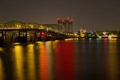 Fugas da luz na ponte de cruzamento do rio de Colômbia Fotografia de Stock