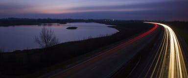 Fugas da luz pelo lago Fotografia de Stock Royalty Free