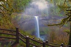 Fugas de caminhada no parque estadual de prata Oregon EUA das quedas foto de stock