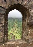 Fugas de montanha através da janela do forte imagens de stock royalty free