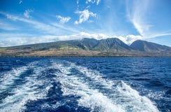 Fugas do barco que saem de Maui para Lanai imagem de stock