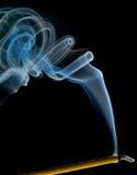 Fugas do fumo do incenso Imagens de Stock
