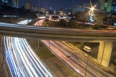 Fugas do tráfego na noite Fotografia de Stock Royalty Free