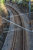 Fugas do trem antes do estação de caminhos de ferro foto de stock royalty free