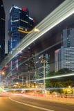 Fugas e arranha-céus da luz em Hong Kong na noite Fotos de Stock Royalty Free