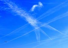 Fugas internacionais do vapor do avião de passageiros sobre ilhas de Channell Foto de Stock