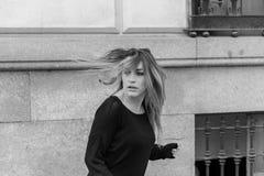 Fuggiree biondo spaventato della donna fotografia stock libera da diritti
