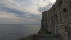 Fuggiree il faro della scogliera della fortezza in Castro Urdiales 14 stock footage