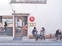 Fuglen liten coffee shop som lokaliseras i Shibuya, Tokyo arkivbilder