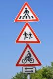 Fußgängerübergang und FahrradVerkehrsschilder Stockbilder