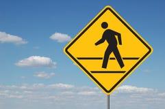 Fußgängerübergang-Zeichen mit Wolken Lizenzfreie Stockfotos