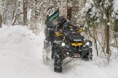 Fuhr in eine tiefe Schneewehe stockbild