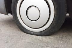 Fuite de pneu de voiture en raison du broyage de clou pneu plat sur la route Flatten a perforé la roue automatique Pneu crevé end photos stock